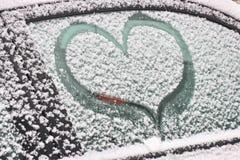 Βλαμμένη εικόνα με το χιόνι στο παράθυρο Χειμερινή ζωγραφική για το ρομαντικό ζεύγος Έκπληξη για το σύζυγο ή τη σύζυγο Χαλαρώνοντ στοκ φωτογραφίες με δικαίωμα ελεύθερης χρήσης