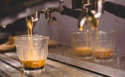 Βλασταημένη καφές έκχυση Espresso στη σαφή χλόη piccolo από το α ESP στοκ εικόνα με δικαίωμα ελεύθερης χρήσης