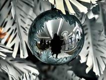 Βλασταημένος μιας σφαίρας σε ένα χριστουγεννιάτικο δέντρο στοκ φωτογραφίες με δικαίωμα ελεύθερης χρήσης