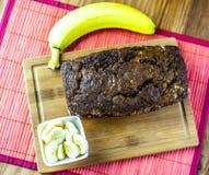 Βλασταημένος του ενιαίου ψωμιού μπανανών με την μπανάνα και τις φέτες μπανανών άνωθεν Στοκ φωτογραφίες με δικαίωμα ελεύθερης χρήσης