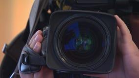 Βλαστοί καμεραμάν στη κάμερα, κινηματογράφηση σε πρώτο πλάνο, το εργαζόμενο κορίτσι απόθεμα βίντεο
