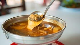 βλαστός και ψάρια μπαμπού στην πικάντικη και ξινή σούπα ταϊλανδικά τοπικά τρόφιμα ` Gangsom ` η εικόνα για προσθέτει το κείμενο κ Στοκ Φωτογραφία