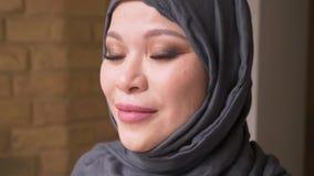 Βλαστός κινηματογραφήσεων σε πρώτο πλάνο της ενήλικης μουσουλμανικής γυναίκας υπάλληλος στο hijab που εξετάζει τη κάμερα και που  απόθεμα βίντεο