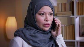 Βλαστός κινηματογραφήσεων σε πρώτο πλάνο της ενήλικης μουσουλμανικής γυναίκας υπάλληλος στο hijab που έχει μια επίσημη συνομιλία  απόθεμα βίντεο