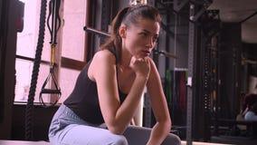 Βλαστός κινηματογραφήσεων σε πρώτο πλάνο της νέας ελκυστικής θηλυκής συνεδρίασης αθλητών στη γυμναστική sportswear στο εσωτερικό απόθεμα βίντεο
