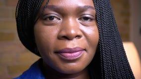 Βλαστός κινηματογραφήσεων σε πρώτο πλάνο του ενήλικου θηλυκού προσώπου αφροαμερικάνων που χαμογελά ευτυχώς να εξετάσει τη κάμερα  απόθεμα βίντεο