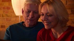 Βλαστός κινηματογραφήσεων σε πρώτο πλάνο του ηλικίας ευτυχούς ζεύγους που έχει μια τηλεοπτική κλήση στην ταμπλέτα και που επικοιν απόθεμα βίντεο