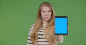 Βλαστός κινηματογραφήσεων σε πρώτο πλάνο του νέου αρκετά καυκάσιου θηλυκού χρησιμοποιώντας την ταμπλέτα και παρουσιάζοντας μπλε ο φιλμ μικρού μήκους