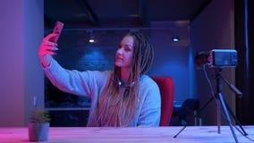 Βλαστός κινηματογραφήσεων σε πρώτο πλάνο του νέου ελκυστικού θηλυκού blogger με τα dreadlocks που παίρνουν selfies στη ροή κινητώ απόθεμα βίντεο