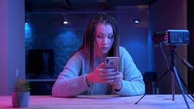 Βλαστός κινηματογραφήσεων σε πρώτο πλάνο του νέου ελκυστικού θηλυκού blogger με τα dreadlocks που στην τηλεφωνική ροή ζωντανή με  απόθεμα βίντεο