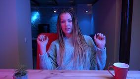 Βλαστός κινηματογραφήσεων σε πρώτο πλάνο του νέου ελκυστικού θηλυκού blogger με τη ροή dreadlocks ζωντανή και την ομιλία και το χ απόθεμα βίντεο