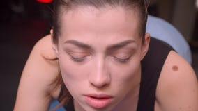 Βλαστός κινηματογραφήσεων σε πρώτο πλάνο του νέου ελκυστικού θηλυκού αθλητών που στέκεται σε μια σανίδα μπροστά από τη κάμερα στη φιλμ μικρού μήκους