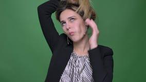 Βλαστός κινηματογραφήσεων σε πρώτο πλάνο του νέου ελκυστικού καυκάσιου θηλυκού hipster που κάνει τις διαφορετικές εκφράσεις του π απόθεμα βίντεο