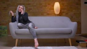 Βλαστός κινηματογραφήσεων σε πρώτο πλάνο του νέου ελκυστικού καυκάσιου θηλυκού με τα ξανθά dreadlocks που καλεί την τηλεφωνική συ απόθεμα βίντεο