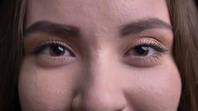 Βλαστός κινηματογραφήσεων σε πρώτο πλάνο του νέου όμορφου καυκάσιου θηλυκού προσώπου με τα μάτια της που εξετάζουν ευθέα τη κάμερ απόθεμα βίντεο