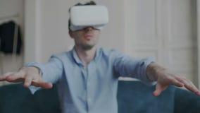 Βλαστός κινηματογραφήσεων σε πρώτο πλάνο των αρσενικών χεριών που κινούνται στο διάστημα χρησιμοποιώντας τα γυαλιά εικονικής πραγ φιλμ μικρού μήκους