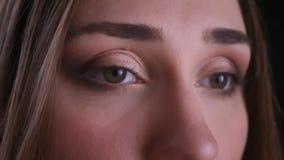 Βλαστός κινηματογραφήσεων σε πρώτο πλάνο των νέων αρκετά καυκάσιων θηλυκών ματιών που κοιτάζουν προς τα εμπρός με το όμορφο makeu φιλμ μικρού μήκους