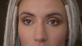 Βλαστός ματιών κινηματογραφήσεων σε πρώτο πλάνο του νέου ελκυστικού καυκάσιου θηλυκού hipster με τα ξανθά dreadlocks που εξετάζει απόθεμα βίντεο