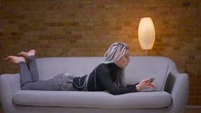 Βλαστός πλάγιας όψης κινηματογραφήσεων σε πρώτο πλάνο του νέου ελκυστικού καυκάσιου θηλυκού hipster με τα dreadlocks που χρησιμοπ φιλμ μικρού μήκους