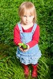 βλαστός χεριών κοριτσιών Στοκ φωτογραφία με δικαίωμα ελεύθερης χρήσης