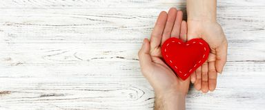 Βοήθεια, καρδιά υπό εξέταση στο ξύλινο υπόβαθρο Έννοια ημέρας βαλεντίνων έμβλημα για τη διαφήμιση και το σχέδιο, τοπ άποψη promo  στοκ εικόνα