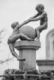 βοήθεια Παιδιά που βοηθούν το ένα το άλλο άγαλμα Στοκ φωτογραφία με δικαίωμα ελεύθερης χρήσης