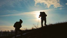 Βοήθεια πεζοπορίας ζεύγους μεταξύ τους σκιαγραφία στα βουνά Ζεύγος ομαδικής εργασίας που, βοήθεια μεταξύ τους, βοήθεια εμπιστοσύν απόθεμα βίντεο
