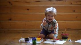Βοήθεια που κερδίζει την εμπιστοσύνη Σχέδιο Έννοια δημιουργικότητας και εκπαίδευσης Το ευτυχές χαριτωμένο αγόρι χρωματίζει τα χέρ απόθεμα βίντεο