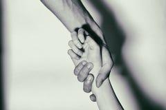 Βοήθεια στους τοξικομανείς Εξαρτημένοι χέρι-ενίσχυσης μαύρο λευκό στοκ εικόνες