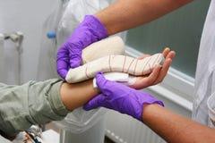 βοήθεια του ασθενή νοσοκόμων Στοκ Φωτογραφίες