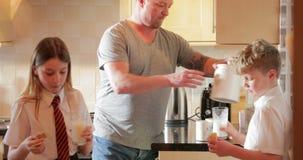 Βοήθεια του μπαμπά με το μαγείρεμα φιλμ μικρού μήκους