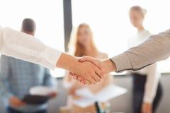 βοήθεια χεριών Δύο χέρια τινάγματος επιχειρηματιών το ένα με το άλλο έξω στοκ εικόνες