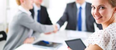 βοήθεια χεριών Επιχειρηματίες που τινάζουν τα χέρια, που τελειώνουν επάνω μια συνεδρίαση Στοκ φωτογραφίες με δικαίωμα ελεύθερης χρήσης