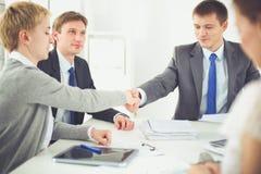 βοήθεια χεριών Επιχειρηματίες που τινάζουν τα χέρια, που τελειώνουν επάνω μια συνεδρίαση Στοκ Εικόνα