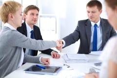 βοήθεια χεριών Επιχειρηματίες που τινάζουν τα χέρια, που τελειώνουν επάνω μια συνεδρίαση Στοκ Εικόνες