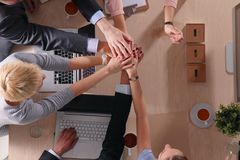 βοήθεια χεριών Επιχειρηματίες που τινάζουν τα χέρια, που τελειώνουν επάνω μια συνεδρίαση Στοκ εικόνα με δικαίωμα ελεύθερης χρήσης
