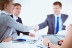 βοήθεια χεριών Επιχειρηματίες που τινάζουν τα χέρια, που τελειώνουν επάνω μια συνεδρίαση Στοκ εικόνες με δικαίωμα ελεύθερης χρήσης