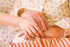 βοήθεια χεριών φροντίδας & Στοκ φωτογραφία με δικαίωμα ελεύθερης χρήσης