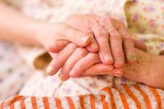 βοήθεια χεριών φροντίδας & Στοκ εικόνα με δικαίωμα ελεύθερης χρήσης