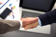 βοήθεια χεριών χέρια επιχειρηματιών που τ Στοκ Εικόνες