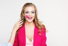 Βοηθητικά μάτια χρωμάτων του όμορφου νέου μοντέρνου κοριτσιού με τη μακριά σγουρή τρίχα σε ένα ρόδινο σακάκι Στοκ Φωτογραφίες