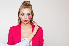 Βοηθητικά μάτια χρωμάτων του όμορφου νέου μοντέρνου κοριτσιού με τη μακριά σγουρή τρίχα σε ένα ρόδινο σακάκι Στοκ φωτογραφίες με δικαίωμα ελεύθερης χρήσης