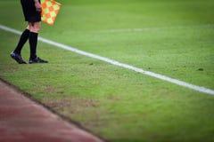 Βοηθητικός διαιτητής κατά τη διάρκεια του αγώνα ποδοσφαίρου Στοκ φωτογραφία με δικαίωμα ελεύθερης χρήσης