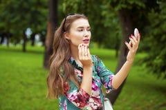 Βοηθητικός στενός επάνω γυναικών brunette κραγιόν όμορφος νέος Στοκ φωτογραφία με δικαίωμα ελεύθερης χρήσης