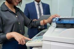 Βοηθητικός χρησιμοποιώντας εκτυπωτής MF γραφείων Στοκ εικόνα με δικαίωμα ελεύθερης χρήσης