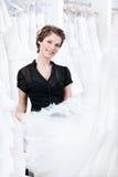 βοηθητικό κατάλληλο επίλεκτο κατάστημα φορεμάτων που δοκιμάζει Στοκ Φωτογραφία