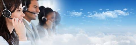 Βοηθοί εξυπηρέτησης πελατών με τις κάσκες με το φωτεινό υπόβαθρο στοκ φωτογραφίες με δικαίωμα ελεύθερης χρήσης