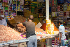 Βοηθοί καταστημάτων που γεμίζουν επάνω το απόθεμα στην αγορά Rissani Στοκ Εικόνες