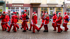 Βοηθοί παρελάσεων Άγιου Βασίλη σε Uzhgorod Στοκ φωτογραφία με δικαίωμα ελεύθερης χρήσης