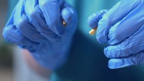 Βοηθός εργαστηρίων που παρουσιάζει πλαστά χάπια, uncertified φαρμακευτικά είδη, παράνομη ιατρική φιλμ μικρού μήκους